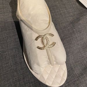 CHANEL CC white leather sandal